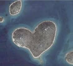 WOW... Ini dia pulau berbentuk love.. WOW ny jgn lpa y.. :)
