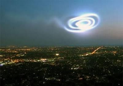 penampakam ufo menakjubkan tertangkap kamera di sebuah kota di as please wow