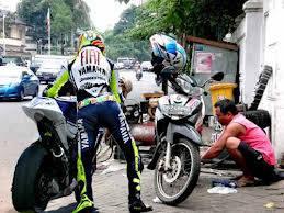 inilah jika pembalap sedang tidak balapan dan ban motornya bocor/bolong