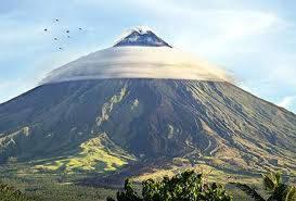 gunungnya kedinginan kali yah.. hahaha... WOW...