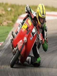 orang ini nekat mengikuti balapan motor gp mengunakan vespa....WOOW!!!