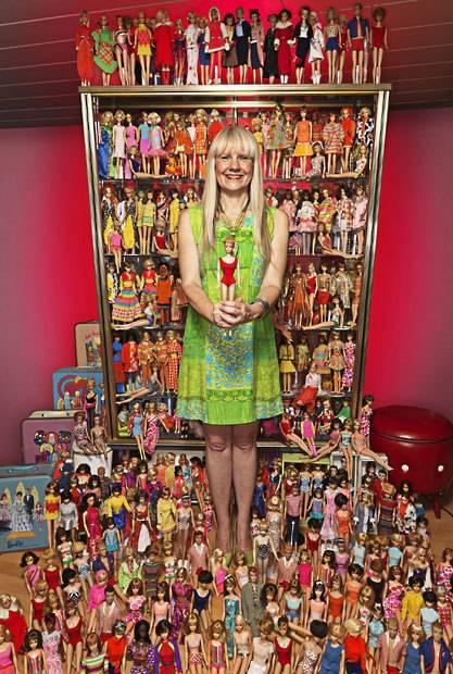 Bettina Doffman adalah orang yang memecahkan rekor dunia untuk kepemilikan terbanyak yaitu lebih dr 15 ribu boneka Barbie please wow, coment,and follow @Maz_adyatma