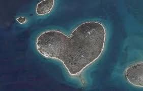 pulau berbentuk hati,,, lucu yah,,, :)