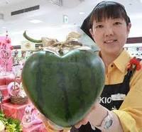 semangka berbentuk hati,,, unyu unyuu.... :3