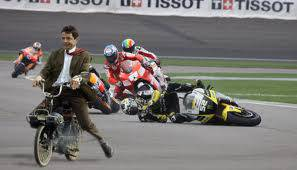 inilah foto mr bean saat mengikuti balap moto GP wkwkwkwk