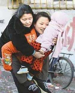 wanita ini tetap tersenyum walau harus mengendong ibu dan anak nya sampai ke rumah sakit yang kasian wow nya dong....!!