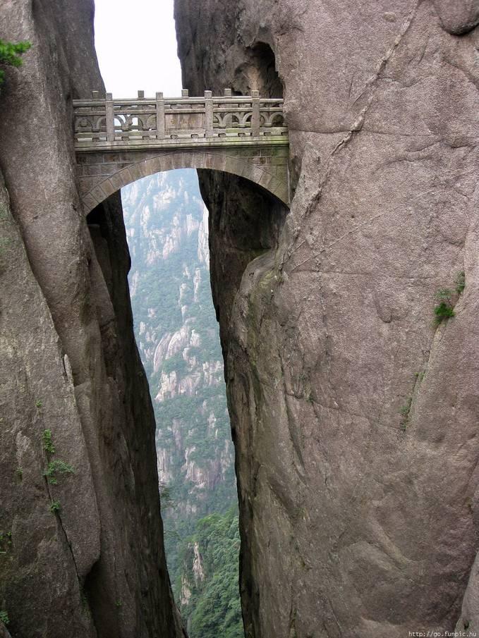 plusker, Jembatan Diantara Tebing Batu...?? !! Apakah Persis seperti yang membangun candi borobudur kah? aneh bagaimana bisa, sementara di sisi kiri tidak ada lubang (terowongan) alias buntu? yang pasti ini objek wisata lumayan aneh, bukan.