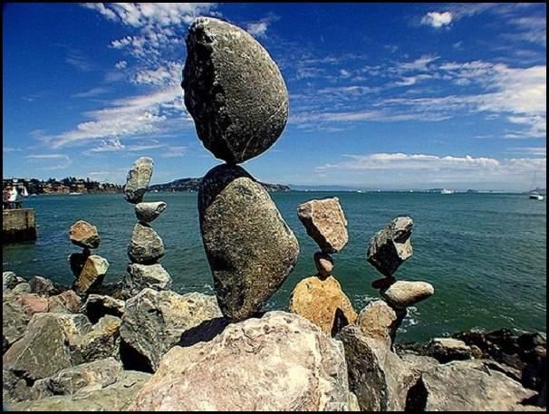 Coba tebak susunan batu yang seimbang ini beneran ada atau cuma hasil edit? :)