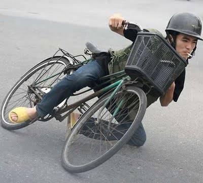 WOW, asli atau tidak, pengemudi sepeda ini bersepeda bagaikan Bintang Moto GP tetapi ini memang keren..