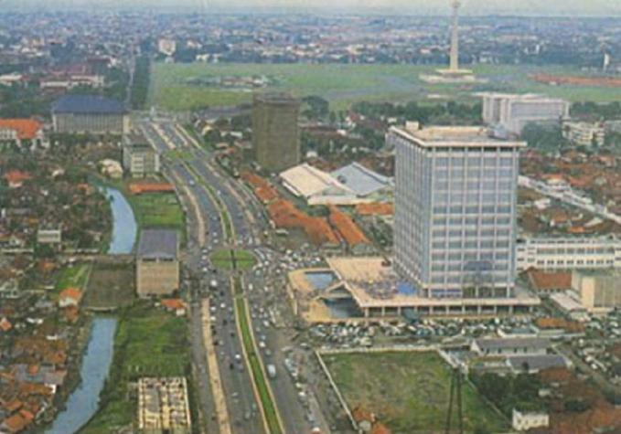 Jl. M.H. Thamrin dan Jl. Jend. Sudirman di masa lampau. Terlihat Gedung Sarinah baru berdiri.