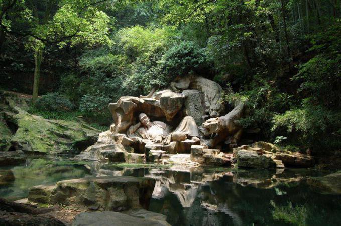 patung yang indah berjudul, Memimpikan Tiger, terletak di Hupao Spring (Tiger Spring) di Hangzhou, Cina. Terletak di pegunungan antara West Lake dan Qiantang Sungai.