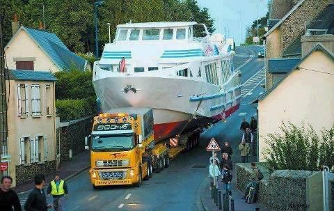 Ini dia jasa pemindahan kapal. Berisiko sih, tapi keuntungannya besar...! jangan lupa wownya ya...:D