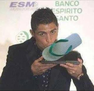 masa ronaldo cium sandal beneran???maaf ya buat penggemar cr7