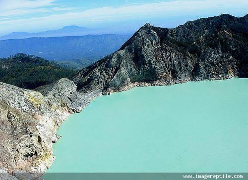 Kawah Ijen merupakan salah satu gunung berapi atraksi wisata di Indonesia. Kawah Ijen merupakan objek wisata terkenal, yang telah dikenal oleh para wisatawan domestik dan asing karena keindahan alam dan bahari.