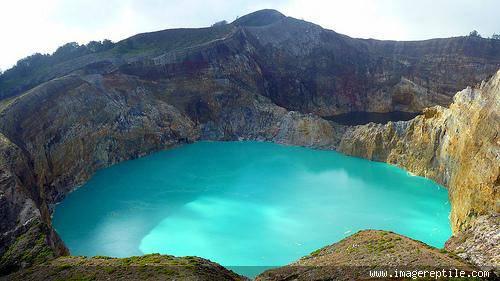 Gunung Kelimutu adalah gunung berapi yang terletak di Pulau Flores, Provinsi NTT, Indonesia. Lokasi gunung ini tepatnya di Desa Pemo Kecamatan kelimutu, Kabupaten Ende. Gunung ini memiliki tiga buah danau kawah di puncaknya.