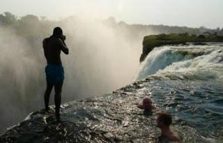 Yang Tertarik Wow ya.!! Di Zimbabwe, Afrika, ada kolam renang yg lokasinya berada pada ketinggian 128 meter. Hanya orang-orang yg punya nyali gede mau nyemplung ke dalamnya. Orang menyebutnya Kolam Renang Setan. Apa karena banyak setannya ?