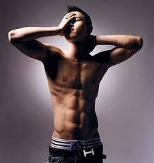 personil bigbang dong young bae(Taeyang) sudah sixpack,ganteng,cool,dan,pintaR NYANYI LAGI.