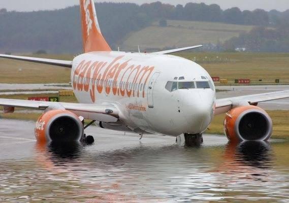 Banjir biasa ditemui di jalan raya , namun yang satu ini , banjir juga menggenangi sebuah bandara di Inggris. Pesawat berjenis Boeing 737-700 ini tergenang air . Karena Banjir di Jalan Raya Sudah Terlalu Mainstream . WOW!