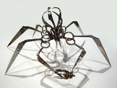 ternyata ini bukan laba-laba benaran tetapi laba-laba dari gunting ayo sipa yang bisa buat