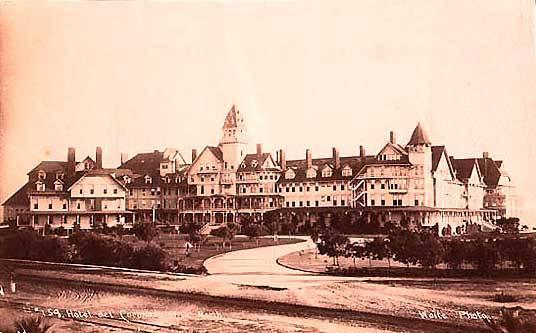 Hotel mewah bergaya Victoria ini terletak disebrang pelabuhan San Diego, California. Hotel ini kerap disambangi tamu-tamu terkenal seperti Thomas Edison, L. Frank Baum, Charlie Chaplin, Charles Lindbergh, presiden-presiden Amerika, dan seorang