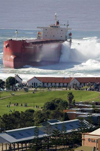 Kapal Nyangkut? Mungkin Anda berpikiran kalo gambar di atas adalah gabungan dua foto ? Faktanya kapal di foto itu adalah kapal Pasha Bulker yang terdampar di perairan dangkal Australia dimana ada di dekat situ ada pemukiman.