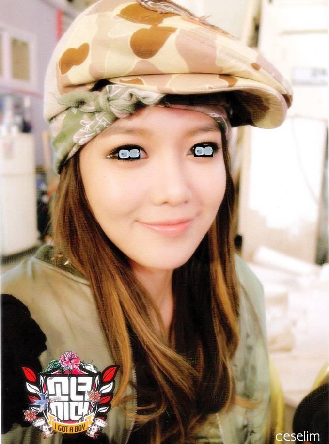 Foto wanita cantik bermata Jamban.