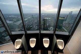 Commerzbank adalah perusahaan perbankan yang berpusat di Frankfurt,Jerman.Di lantai paling atas gedung ini terdapat toilet yang di bagian depannya terbuat dari kaca,sehingga Anda dpt melihat pemandangan diKota Frankfrut sambil buang air,wow a !