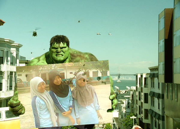 HULK mengangkat foto kita bertiga.... dewi with april and santi