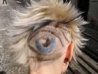 perhatikan model rambut yg stu ini ada yg aneh bukan