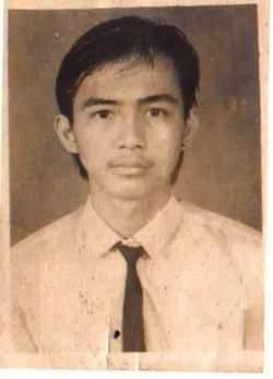 Ayo tebak ini foto muda siapa hayooo... cirinya suka blusukan di gorng, pemimpin, Wakilnya Ahok a. SBY b. Jokowi c. Obama d. Anas Jawabannya Pak Jokowi inilah Foto mudanya Pak Jokowi WOW ya,,,.... :)