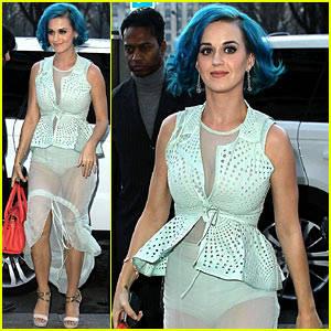 Penyanyi Katy Perry sudah dua kali kepergok mengenakan baju transparan. Pertama, ia memakai baju dengan bahan menerawang saat menghadiri Paris Fashion Week. Ia memakai gaun berwarna hijau mint dengan rok sifon yang tipis. Ia tampak santai,