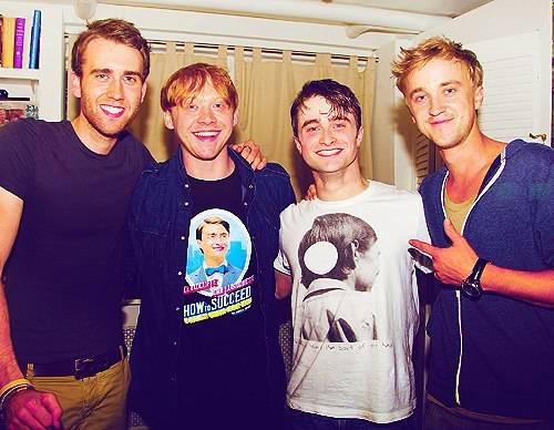 Ini dia para aktor muda di film Harry Potter. Ada Matthew Lewis, Rupert Grint, Daniel Jacob Radclieffe, dan Tom Felton. Mereka mengambil foto ketika di akhir episode film Harry Potter. So different they are, right?