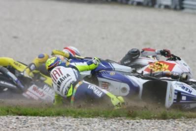 SPORTKU.COM - Banyaknya berita simpang siur mengenai kematian juara dunia sembilan kali MotoGP, Valentino Rossi benar-benar menggemparkan. Sebuah cerita yang muncul mengatakan bahwa Rossi meninggal merupakan tipuan dari sosial media. Rossi mas