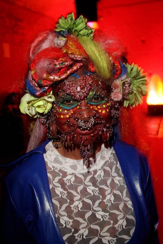 Elaine Davidson , wanita paling banyak tindikan di tubuhnya.. di akui Guinness World Records sbgai Most Pierced Woman..bkan hanya di wajahnya saja tetapi di bagian tubuhnya total smua 6.925 tindikan.. Wowwww,... bener gila/..