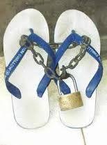 astaga... -_- sampee segitu nya bgt sama sandal doank...