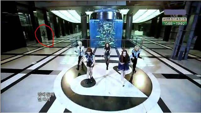 penampakan hantu di performance girlband f(x) Liat yang bagian dilingkari garis merah!!! WOWnya mana???