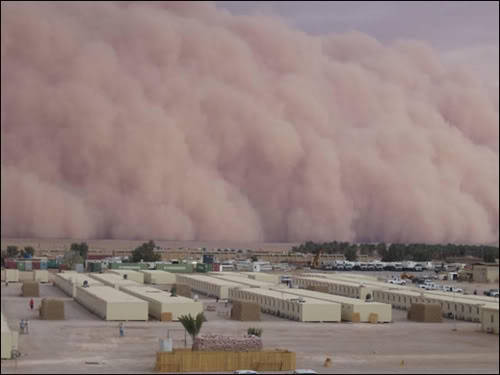 coba perhatikan gambar tersebut seperti sebuah miniatur kota dengan sentuhan photoshop. Tapi itu nyata.. Diambil dari sebuah badai gurun di iraq tahun 2005 silam. Mirip kembang gula, hehe!