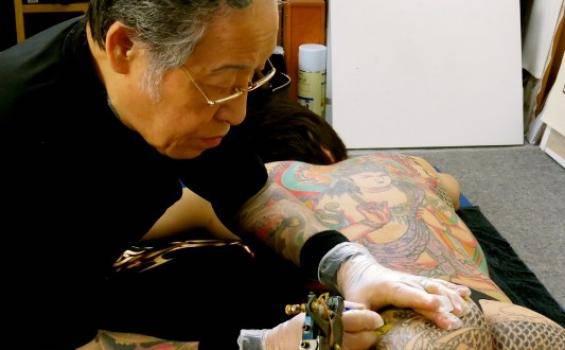Bayangkan anggota YAKUZA menghapus tattonya.