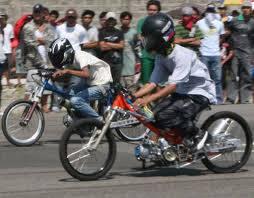 motor drag itu banyak disukai kalangan remaja sekarang karna tampilannya bgtu modis