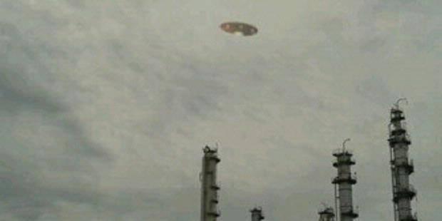 Benda Mirip UFO di Cilegon Foto benda mirip UFO itu diabadikan oleh Taufik, wisatawan dari Jakarta, saat hendak berlibur ke Pantai Carita pada 24 Desember 2012 lalu. Benda mirip UFO itu tak sengaja diabadikan. Menurut penuturan Bima Cahya, re