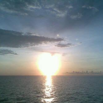 Ini fota Asli tanpa editan Sunset yang berbentuk hati,Amazing... foto ini di ambil di kota Ternate saat wanita ini berkunjung ke kekasihnya.Mungkin alam juga mau mengatakan kepadanya,bahwa pria itu adalah cinta sejatinya. Jangan lupa WOWnya