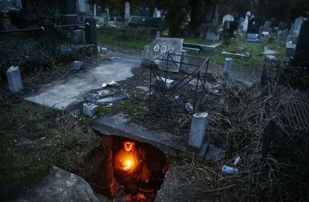 --pria ini jadikan kuburan sebagai tempat tinggalnya-- Bratislav Stojanovic (43) asal bagian selatan kota serbia menjadikan kuburan sebagai tempat tinggalnya setelah rumahnya digusur akibat terlilit hutang. kasian ya...jgn lupa wownya gan...