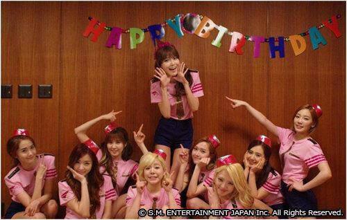 Snsd rayakan ulang tahun Sooyoung di Jepang .. Sooyoung bak ratu di mlam itu semua personil lainnya duduk di bawah.y dan menunjuknya seperti seorang putri. yang sone klik WOW yahh