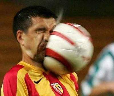 hahahahaha pemain bola kena bola muka liat!!!!