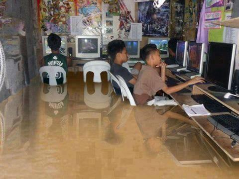 Main Warnet saat banjir biar GREGET