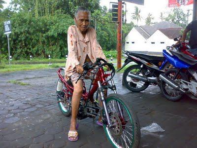 Nenek dari Valentino Rossi.. WOOWW..!! :D