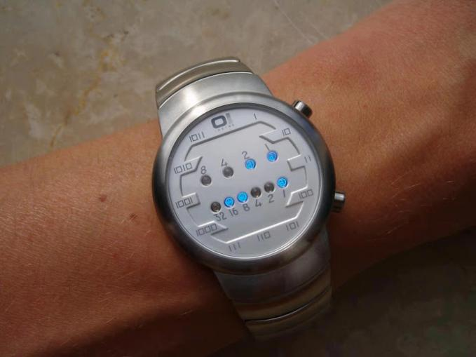 Jam tangan Binary. Sebuah inspirasi sekaligus tren mendatang bagi para progammer.
