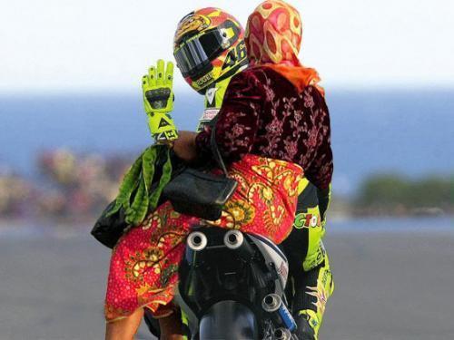 Ketika Valentino Rossi mengantarkan pacarnya ke pasar.. WoW so sweet.. ^_^
