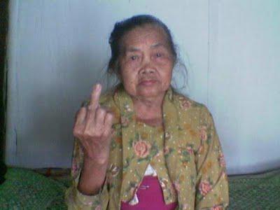 WOOWW.. Nenek juga bisa nunjukin jari tengahnya juga lho..