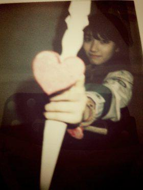 Personel miss A Suzy berubah jadi cupid dengan anak panah berupa cokelat berwarna pink. Hati-hati dengan cokelat berwarna pink! tulis Suzy.